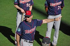 IMGP1596 - Paul Molitor points out the way to the promised land.